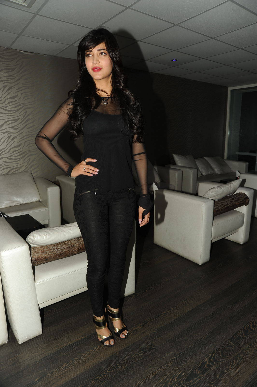 Glamorous Tamil Girl Shruti Haasan Photos In Black Dress