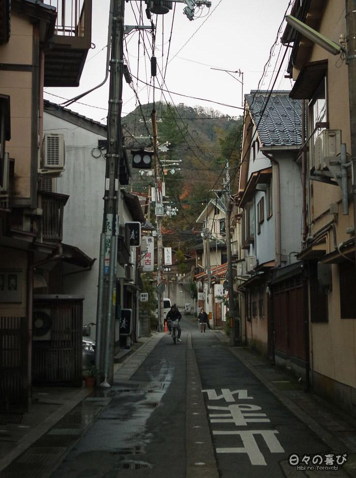 rue kinosaki onsen et promeneur à vélo