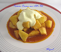Patatas Bravas al all i oli y tostada de Tartar de carne con huevo frito