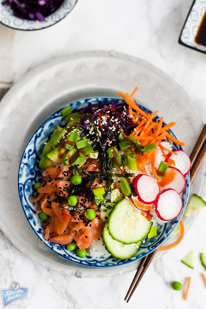 Miska sushi z łososiem