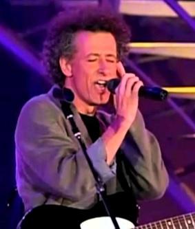 Foto de Miki Gonzalez cantando en el escenario