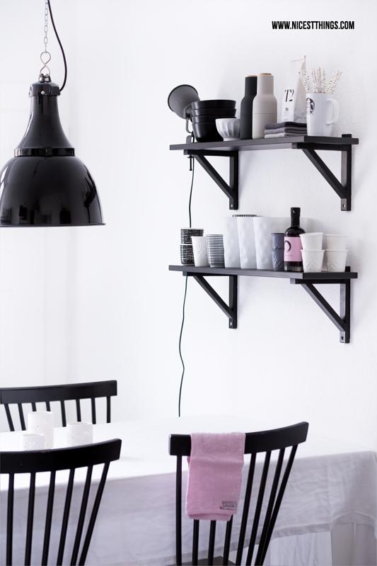 Skandinavisch minimalistische Küche in Schwarz Weiss mit House Doctor Industrielampe