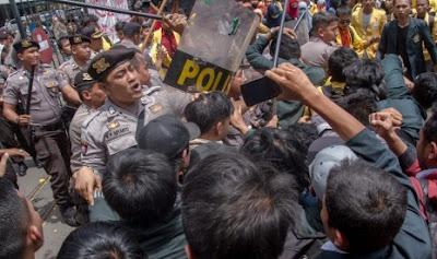 Misteri Pemilik Mobil Terrano Pembawa Logistik Demo Liar  Di Depan Kediaman SBY