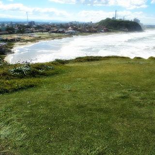 Praia da Cal e Morro do Farol, em Torres