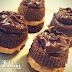 Bolinho de Chocolate Recheado com Pasta de Amendoim e Cobertura de Creme de Avelã