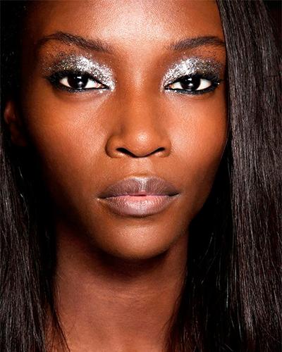 Foto 1 - inspiração maquiagem prata na pele negra