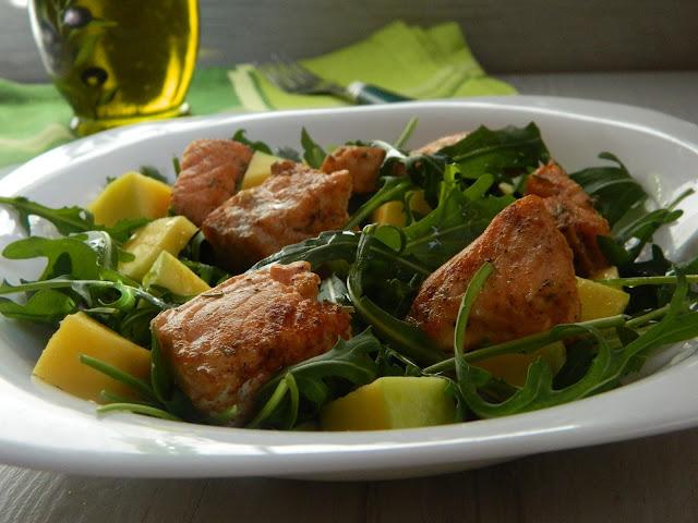 Salata rucola cu somon si mango