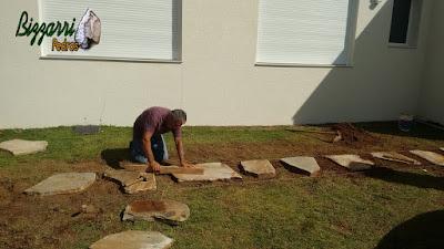 Bizzarri, da Bizzarri Pedras, executando um caminho com pedra no jardim com cacão de pedra Carranca com junta de grama. 5 de junho de 2017.
