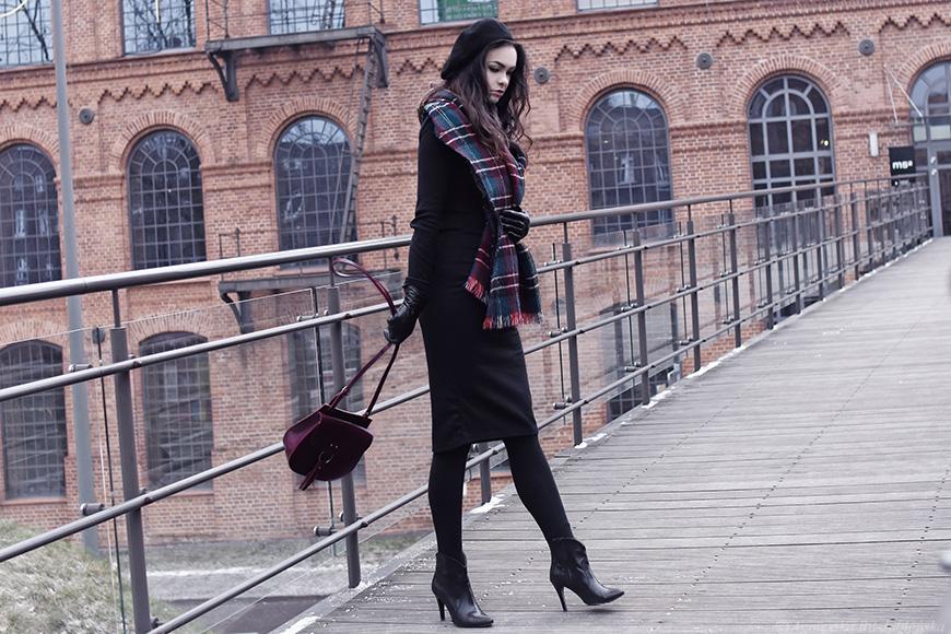 8371fb7ecebaa4 Czarna baza stanowi doskonałe tło dla mojego ulubionego szalika i bordowej  torebki. Ołówkowa sukienka, ukochane botki na szpilce i beret.