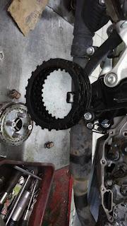 Di foto ini saya dapatkan di salah satu grup facebook, kita bisa liat bagian kampas kompling New Honda CBR150R yang gosong.