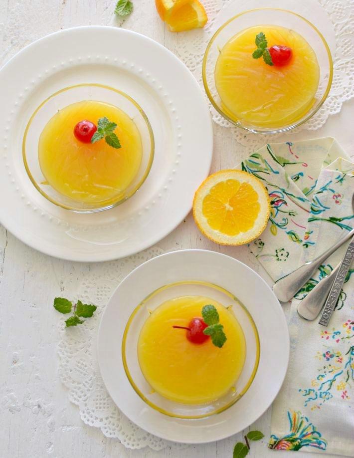 Vista cenital de tres porciones servidas de manjar de naranja