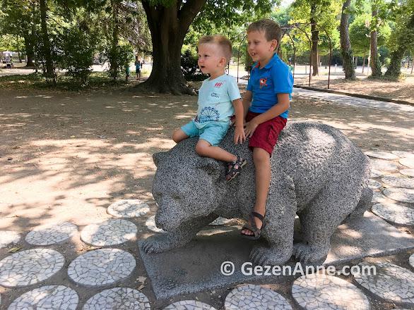 Kırcaali parkında meço, ayı heykeli, Bulgaristan