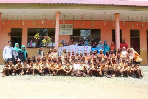 Foto bersama anak-anak dan majlis guru di SD Bonjol