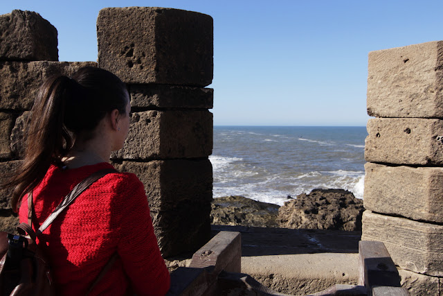 Lena mirando a través de las almenas de la Skala de la Ville