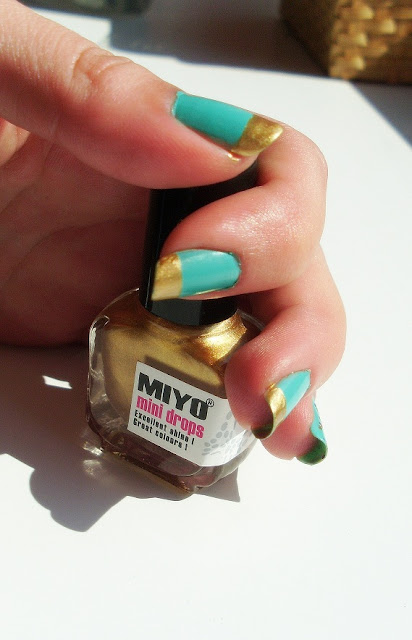 Miętowo złote paznokcie, Miętowy lakier, Złoty lakier, brokat na mięcie.MIYO Nailed It! nr 28 MIYO Mini Drops w kolorze złota Essence Nail Art Special Efect!