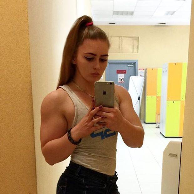 Yulia Viktorovna Vins Foto Selfie Depan Kaca Bikin Nitizen Salah Fokus