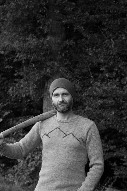 Anleitung für einen selbst gestrickten Herrenpullover mit aufgestickter Bergsilhouette im Maschenstich