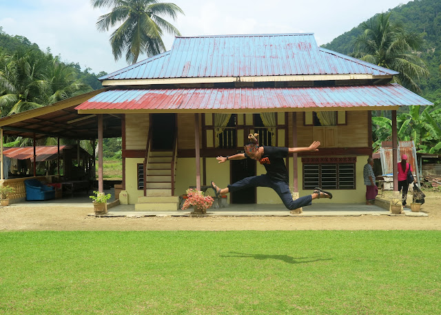 Jump shot di depan rumah warga kampung labu Kubong
