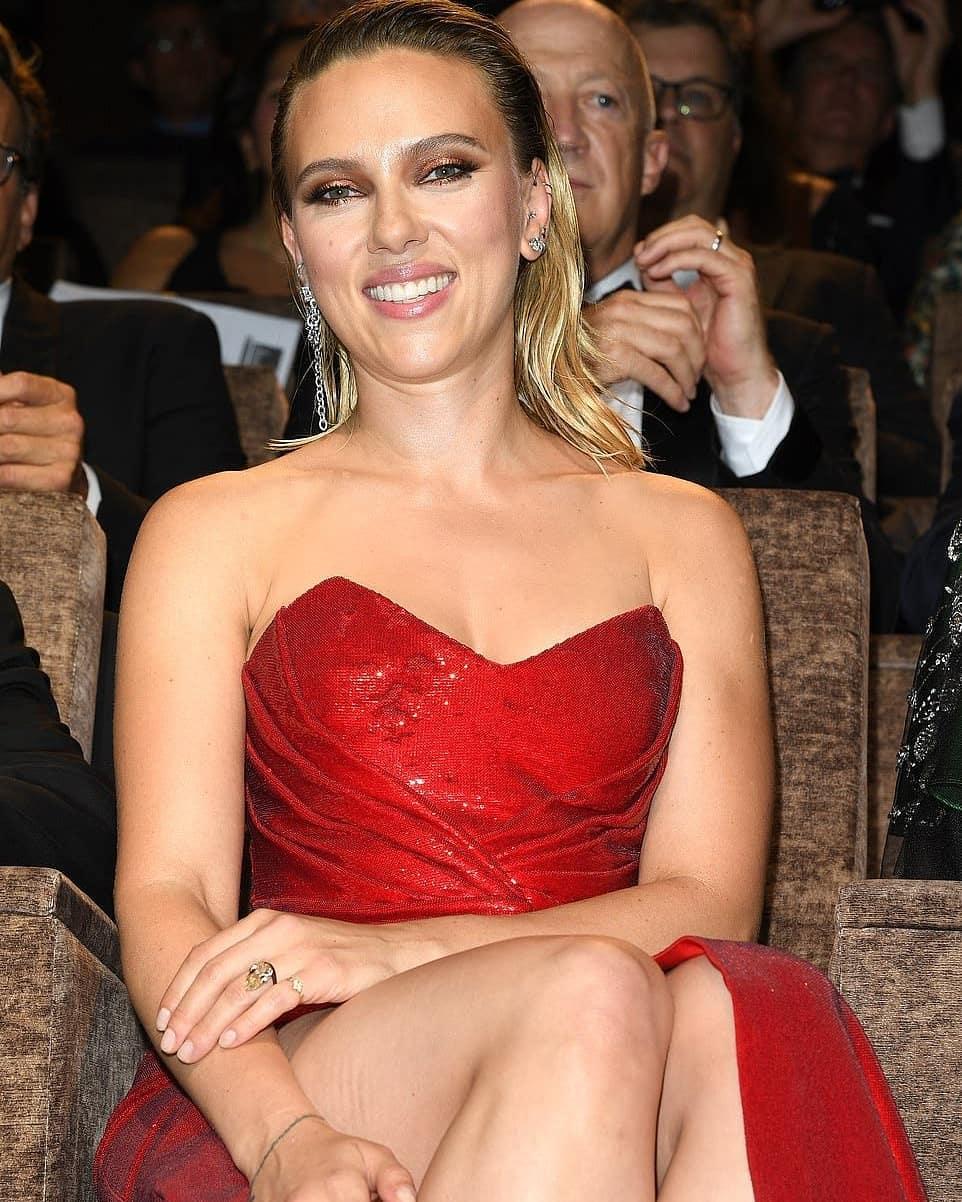 Scarlett Johansson hottest Cleavage pics