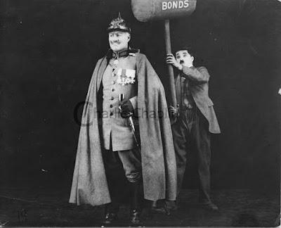 """Чарли Чаплин и Сид Чаплин в роли Кайзера в фильме """"Облигация"""" (The Bond) (1918)"""