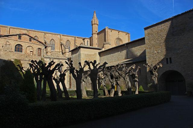 La visita al claustro de la catedral de Pamplona se inicia en la calle Dormitalería, frente al número 26