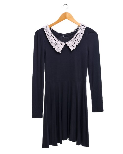 Schwarzes Kleid Weißer Kragen
