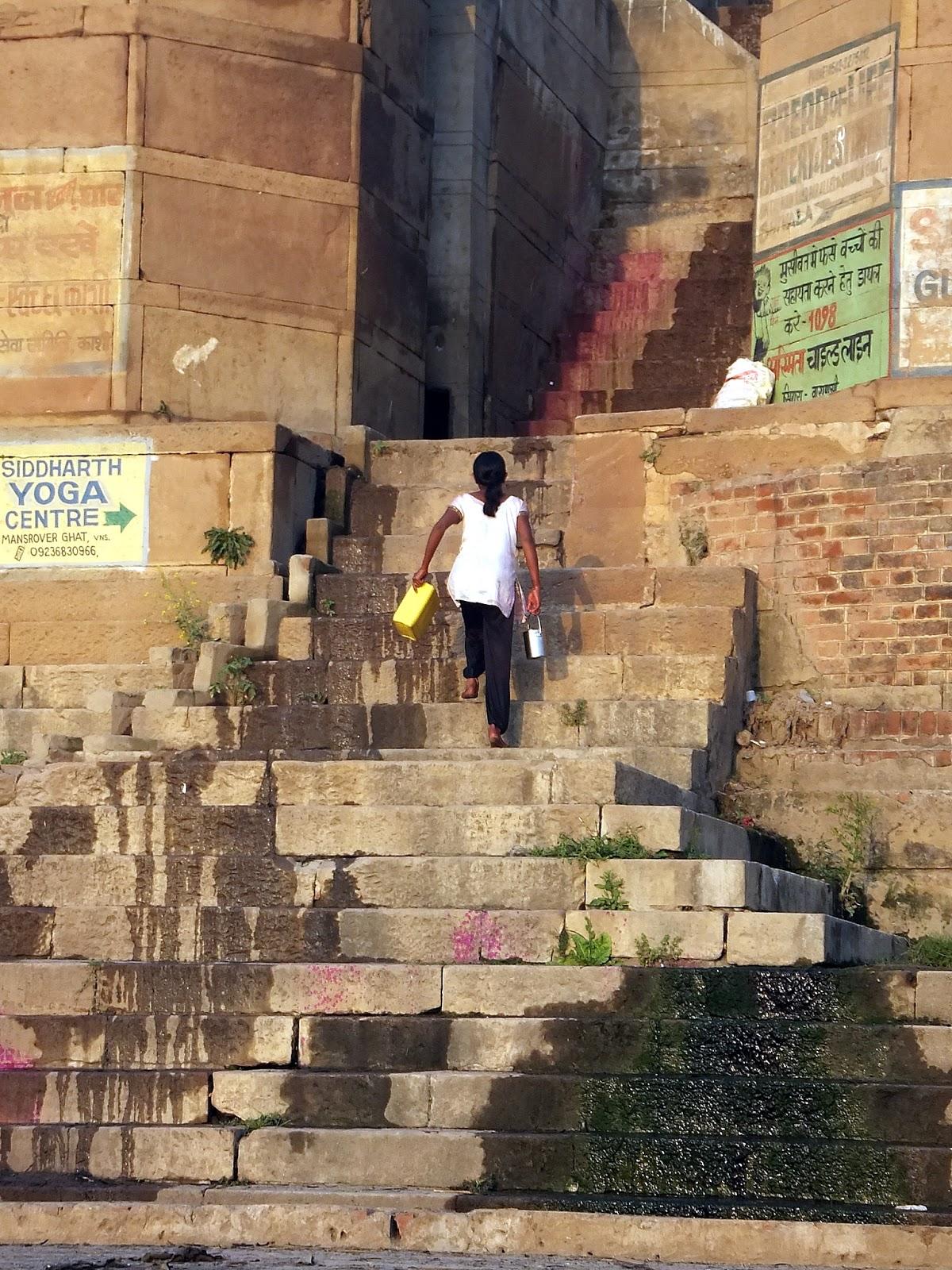 девушка поднимается вверх по ступенькам