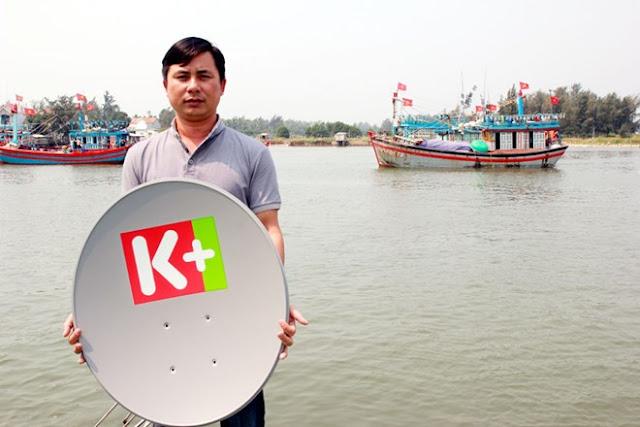 """Ngư dân lênh đênh trên biển có thể theo dõi tin tức, thư giãn cùng với đầu thu K+ do Quỹ """"Khí phách Việt"""" trao tặng."""