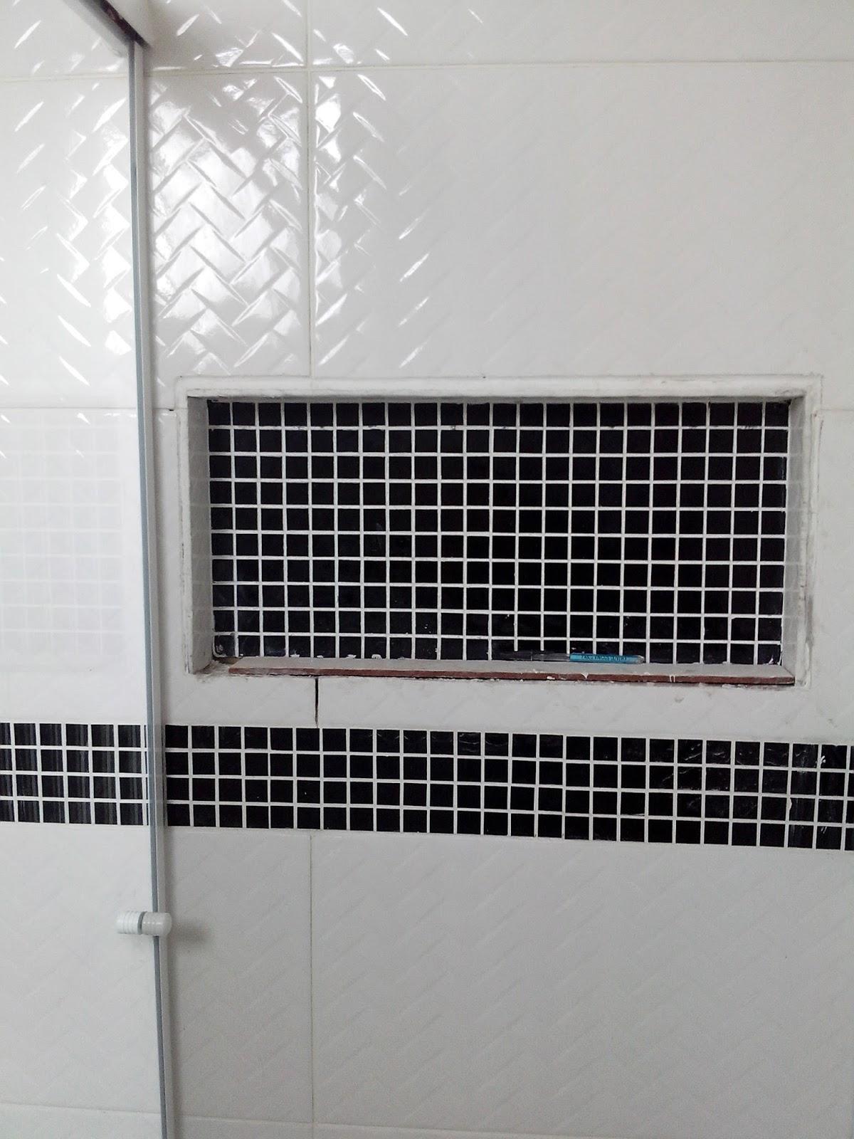 #446776 Nicho revestido com pastilha de vidro a mesma que faz parte da faixa  1200x1600 px Banheiro Nicho Pastilhas 2731