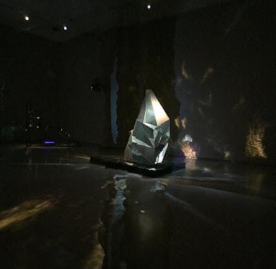 Im Ausstellungsraum bewegte sich ein großer Disco-Kugel-Fels und House Musik wummerte dazu. Yeah! © diekremserin on the go