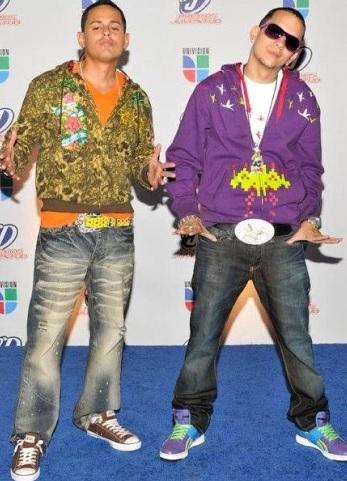 Foto de Angel y Khriz posando para fans