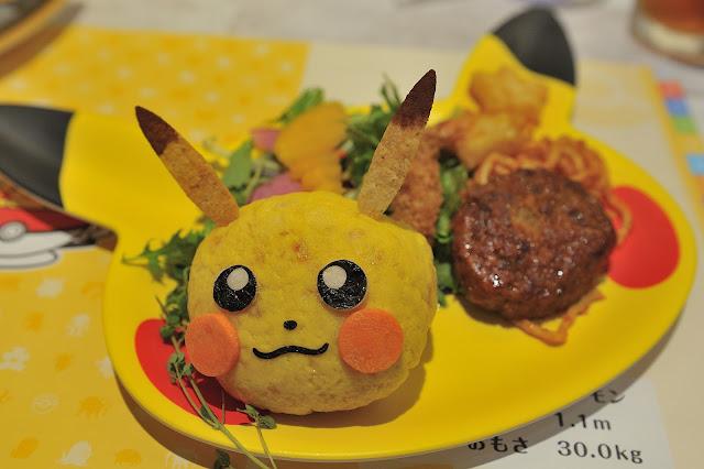 首先是「皮卡丘超滿足餐盤」,有一個皮卡丘造型的米飯頭,還有一些野菜跟肉排跟星星薯塊還有麵條。