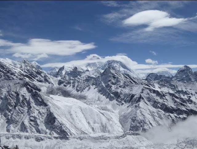 panorama dal gokyo ri con l'everest sullo sfondo dietro il ghiacciaio