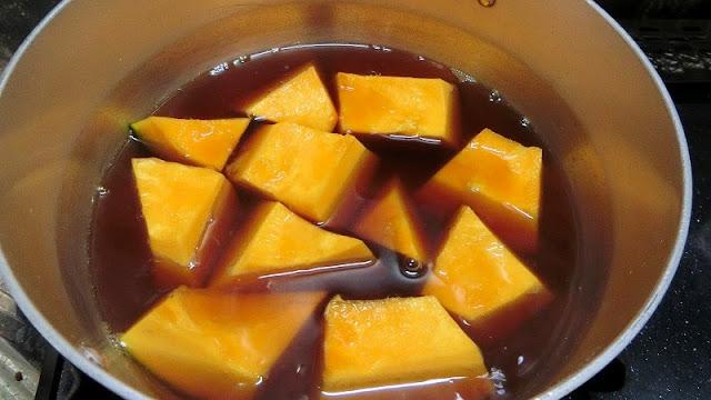 鍋に調味料を入れ、煮たてたらかぼちゃを加える