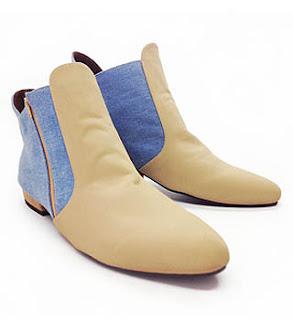 Wanita sangat modis memakai sepatu booties style untuk kuliah