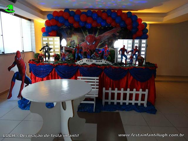 Festa de aniversário infantil - Decoração infantil tema Homem Aranha em mesa tradicional de tecido