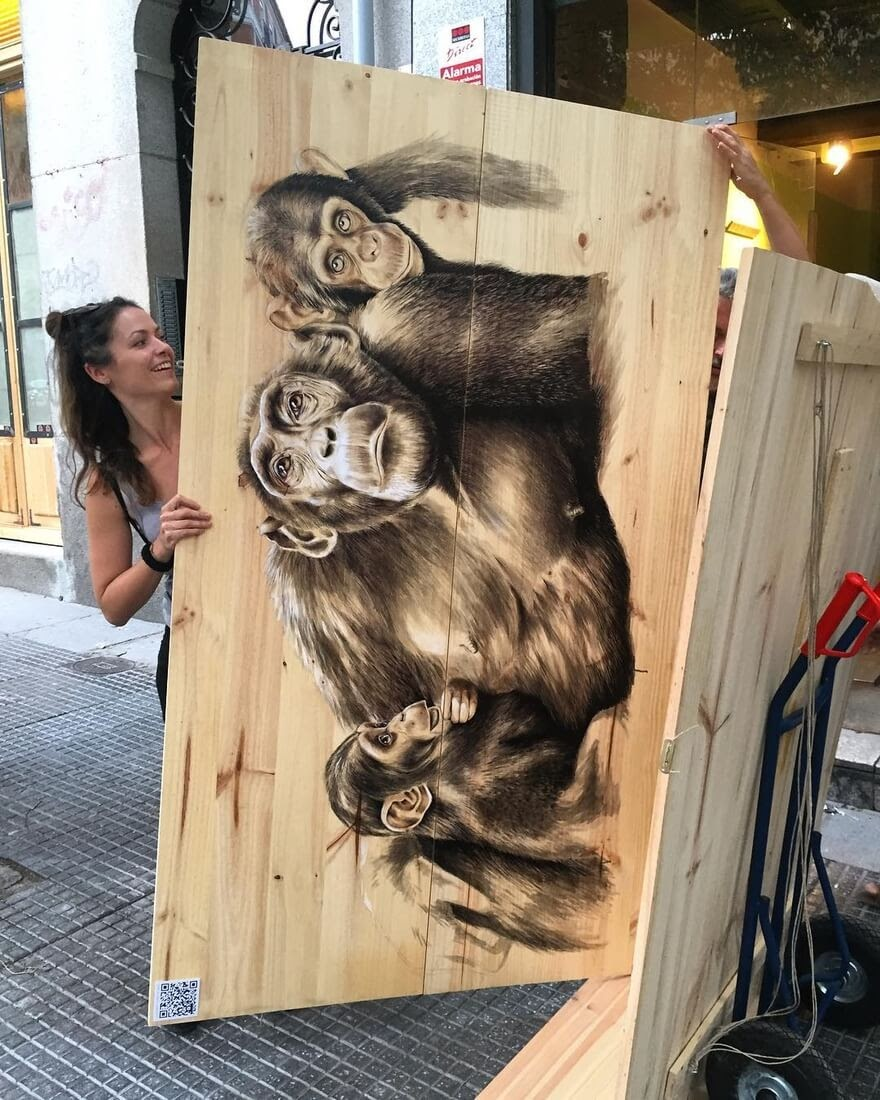 03-The-three-Chimpanzees-Martina-Billi-Animal-Drawings-on-Recycled-Wooden-Planks-www-designstack-co