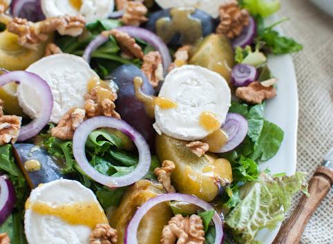 (Jesienna) sałatka ze śliwkami i kozim serem