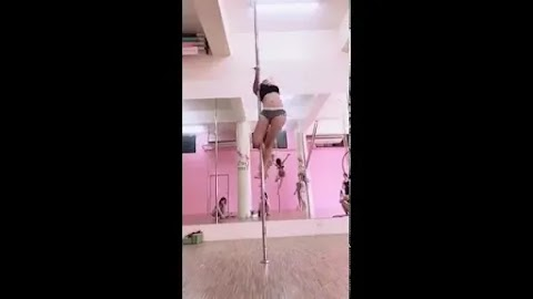 Video: Cute Chinese babe doing pole dancing [0:28]