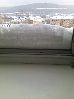 снег в окне