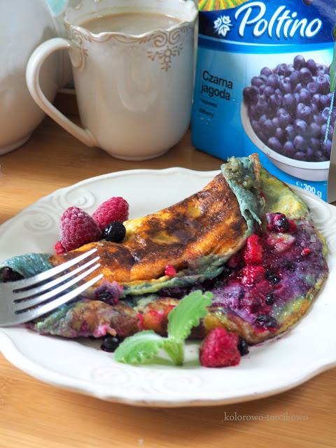 omlet-na-słodko-z-owocami-mrożonymi