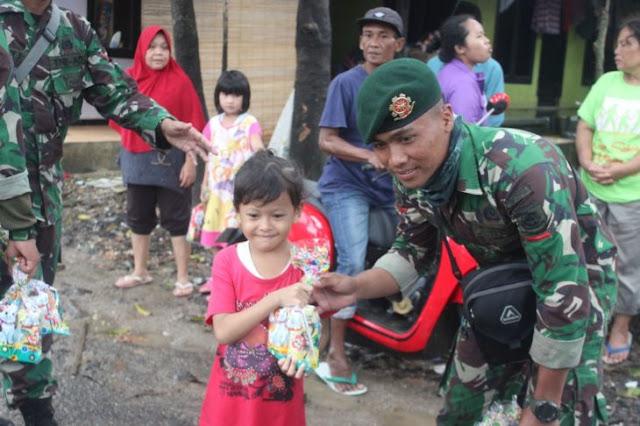Hibur Anak-Anak Korban Tsunami, Prajurit Yonzipur 9 Kostrad Bagikan Mainan dan Boneka