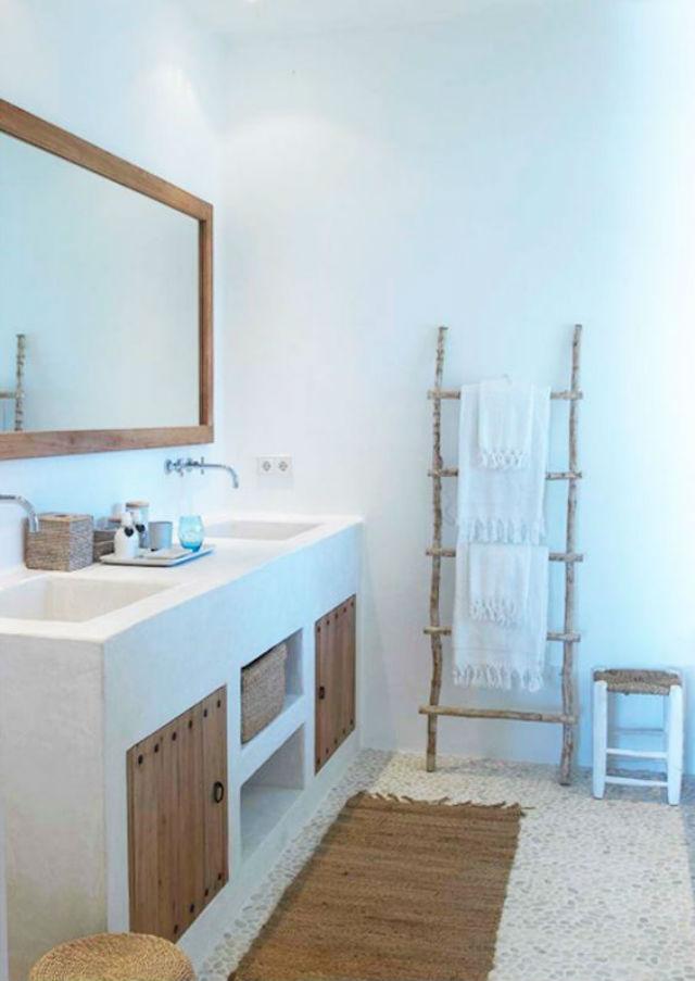 baño con mueble de obra y puertas de madera