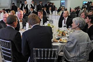 En la bildo, Flynn sidas rekte je la dekstro de rusa Prezidento Vladimir Putin