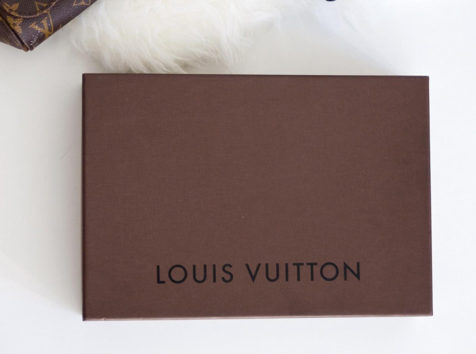 9236361791497 Najczęściej figuruje skrót LV, zaś na zatrzaskach jest wygrawerowany napis Louis  Vuitton. Wszystkie elementy są koloru złotego, farba jest trwała i na pewno  ...