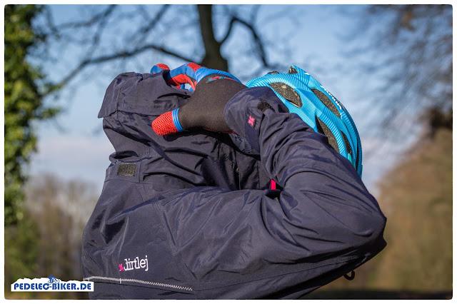 Die in der Nackentasche versteckte Kapuze des Overalls passt sogar über den eBike Helm.