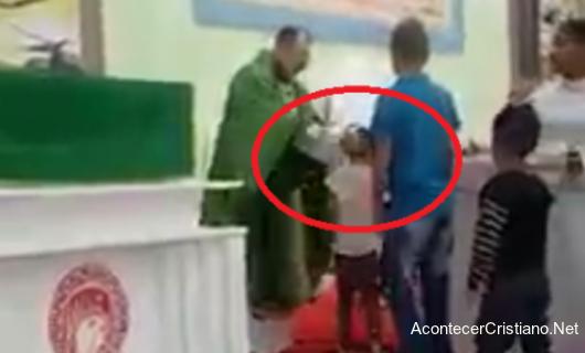 Sacerdote golpea a niños en misa católica