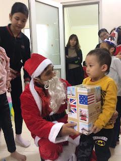 """Emdep.vn Dù kiếm tiền triệu mỗi tối mùa Giáng sinh, ông già Noel vẫn dễ """"tủi thân"""" vì những câu nói vô tâm"""