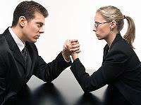 Feminizm ve kadın erkek eşitliğini anlatan ve bilek güreşi yapan bayan ve erkek