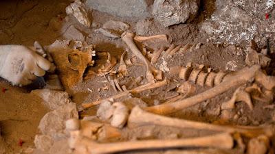 huesos de una persona muerta de hace tres mil años